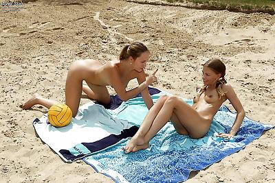 Teen hottie Avril Sun having..